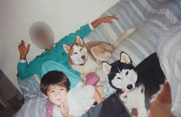 三浦春馬 幼少期 父親と犬とピースサイン